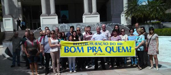 Dirigentes do SindBancários mostram a procurador danos da reestruturaçã...