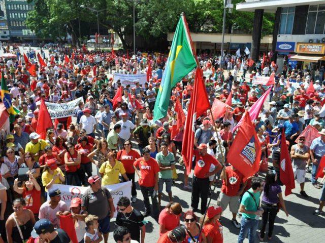 Milhares vão às ruas de Porto Alegre em defesa ...