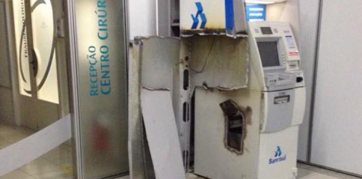 Criminosos atacam caixa eletrônico do Banrisul no prédio do DMAE