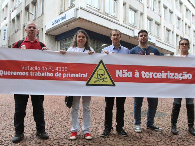 Bancários paralisam 75% das agências em Porto Alegre e ...