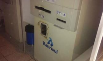Quadrilha faz reféns e arromba caixa eletrônico do Banrisul em posto de combustíveis de Viamão, no domingo
