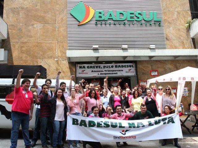 Funcionários do Badesul reforçam greve com novo ato ...