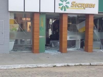 Quadrilha assalta agência do Sicredi e faz reféns em Santana da Boa Vista