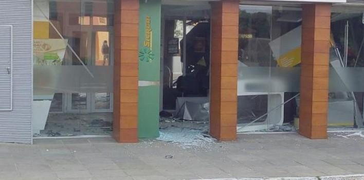 Criminosos rendem funcionários e clientes em assalto ao Sicredi em Pelotas