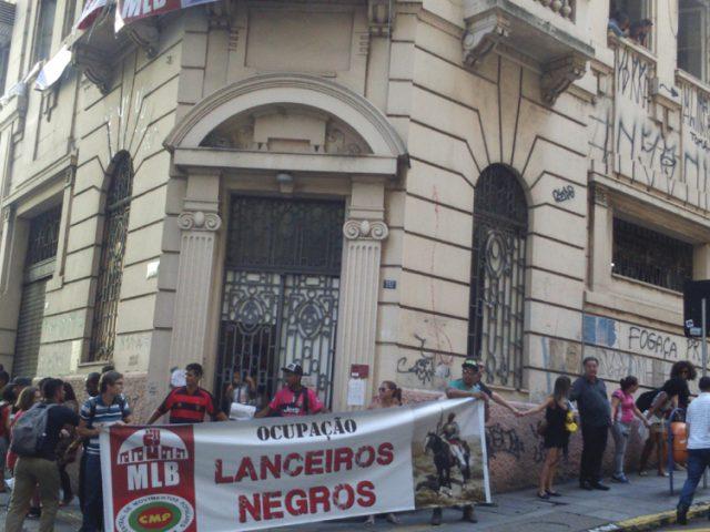Moradores de ocupações 'abraçam' prédio da Lanceiros ...