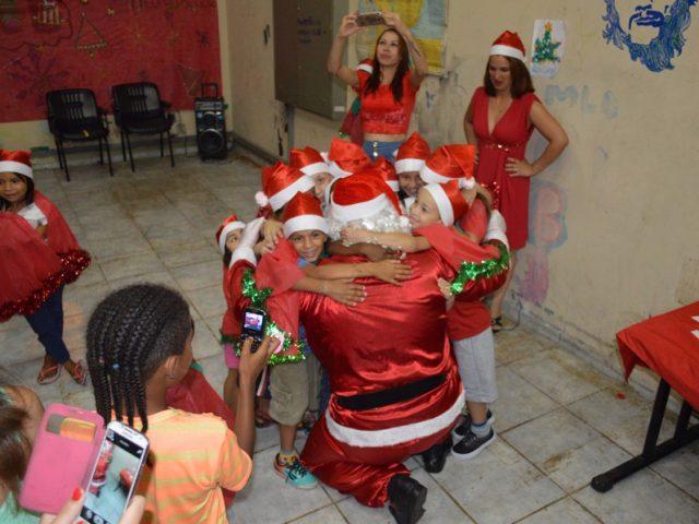 Bancários participam de noite de Natal de moradores da ...