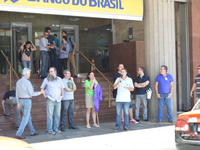 SindBancários e Fetrafi-RS protestam contra modelo de reestruturação ...