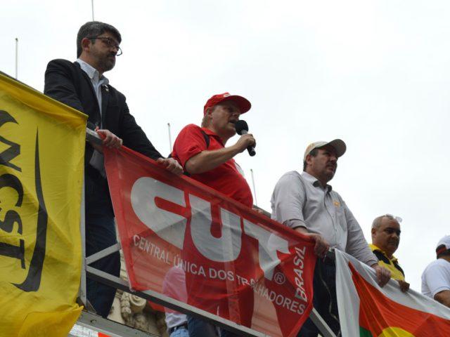 Sindicalistas protestam em frente ao Piratini contra atraso do governo ...
