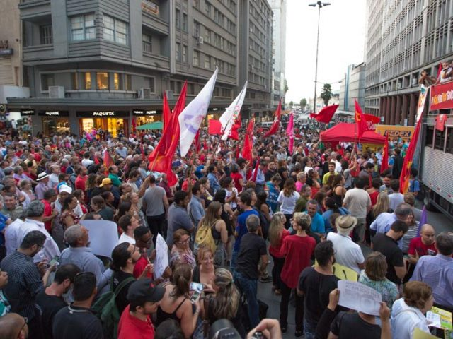 Bancários participam de vigília permanente que defende democracia, ...