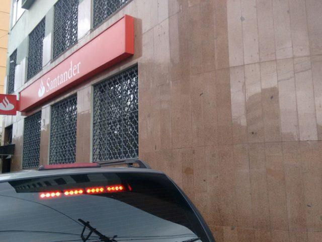 Caixa eletrônico do Santander é arrombado na Rua Ramiro Barcelos
