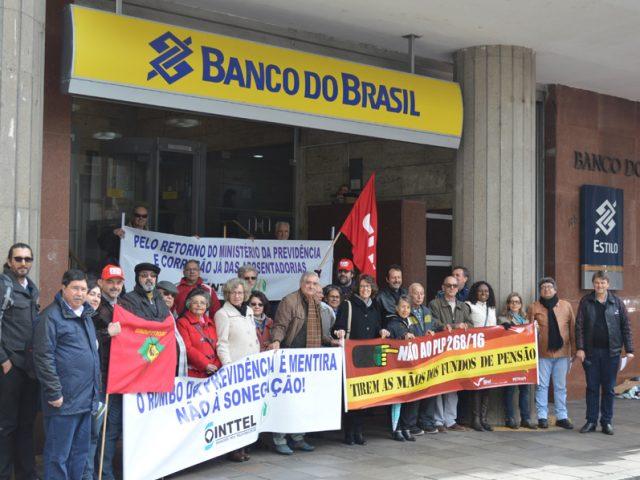Ato em frente ao Banco do Brasil, em Porto Alegre, ...