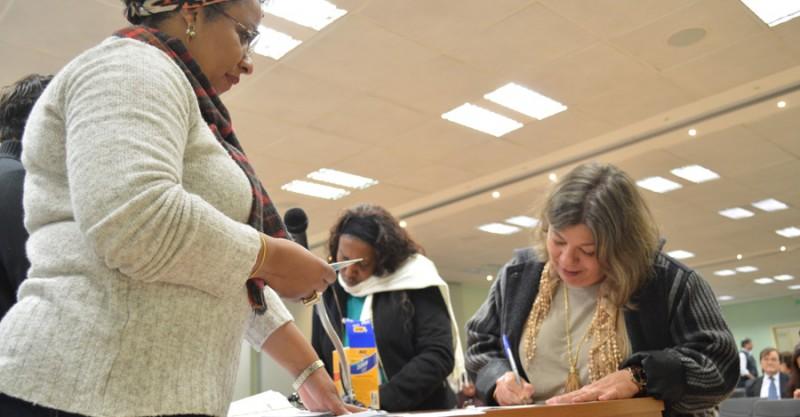 Banrisulenses começam a receber seus cheques da integração do ADI na gratificação semestral, na sede do SindBancários