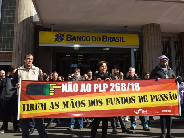 Bancários protestam contra golpe de Temer nos fundos de ...