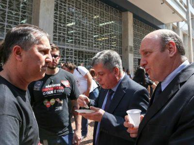 Dirigentes sindicais cobram no Palácio Piratini gestão do governo do Estado  para diretoria do Banrisul reabrir mesa de negociações