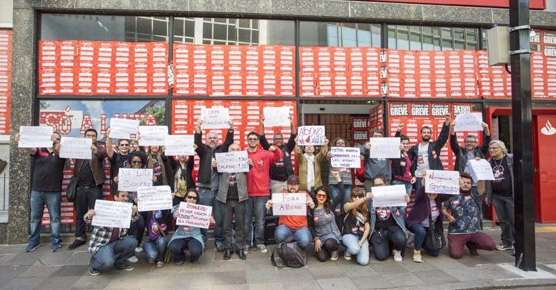 Ato dos bancários desenha em cartazes motivos que mantêm GREVE forte no 23º dia do movimento