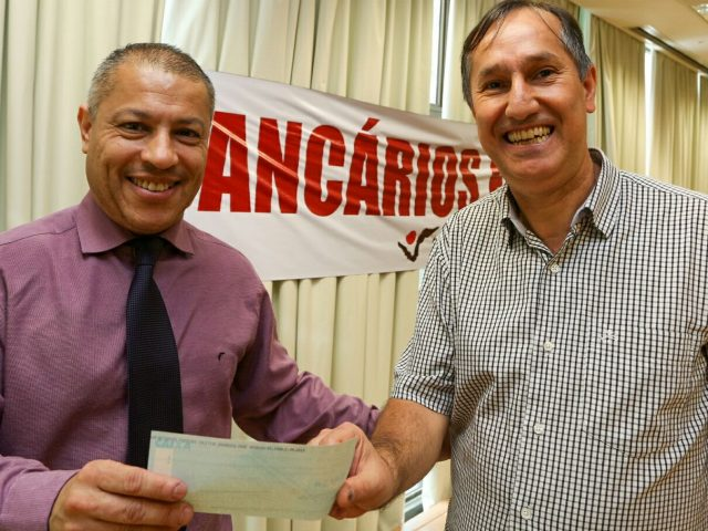 SindBancários entrega cheques para colegas do Bradesco como pagamento ...