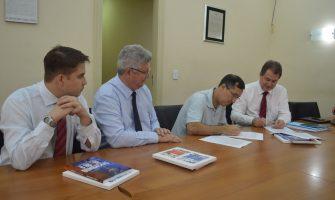 Na sede do SindBancários, representantes do Safra assinam acordo relativo aos recursos humanos