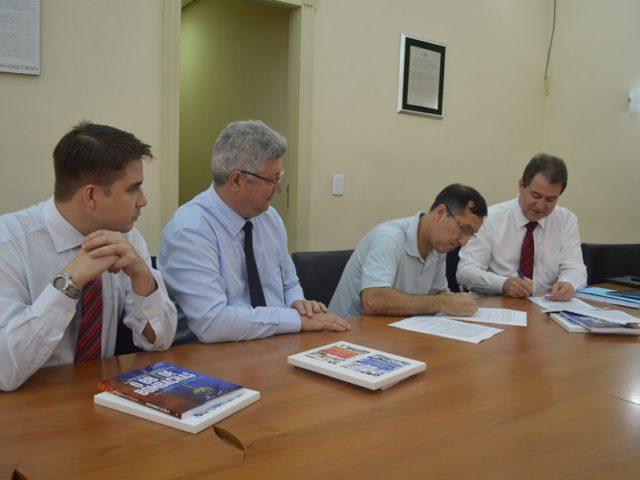Na sede do SindBancários, representantes do Safra assinam acordo ...