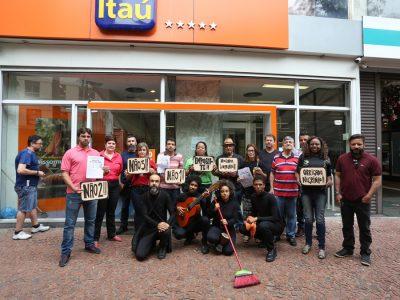 Sindicato leva combate às demissões e debate sobre discriminação racial às agências do Itaú no Centro de Porto Alegre