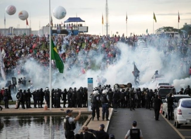 Após repressão e agressões aos manifestantes, Senado ...