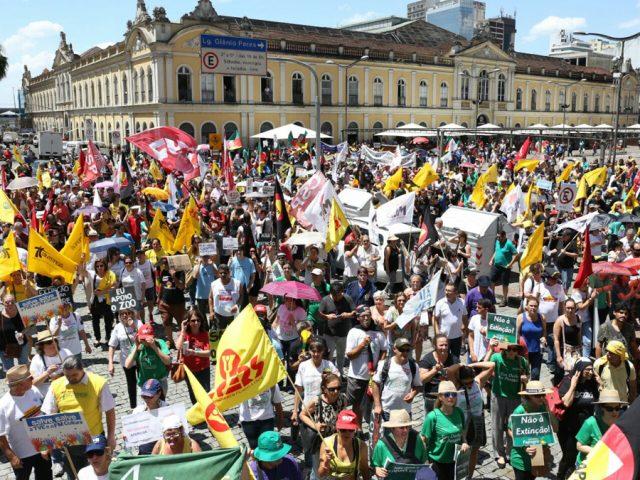 Ato unificado contra o governo Sartori reúne milhares de ...