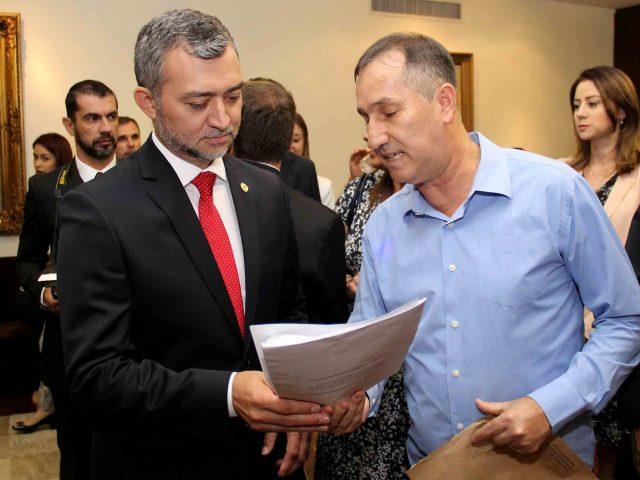 Na posse, novo presidente da Assembleia recebe documentos em defesa ...