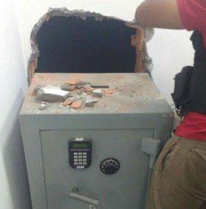 Dupla abre buraco na parede de agência da Caixa, ...