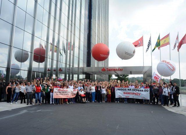 Ato reúne trabalhadores ativos e aposentados em defesa do ...