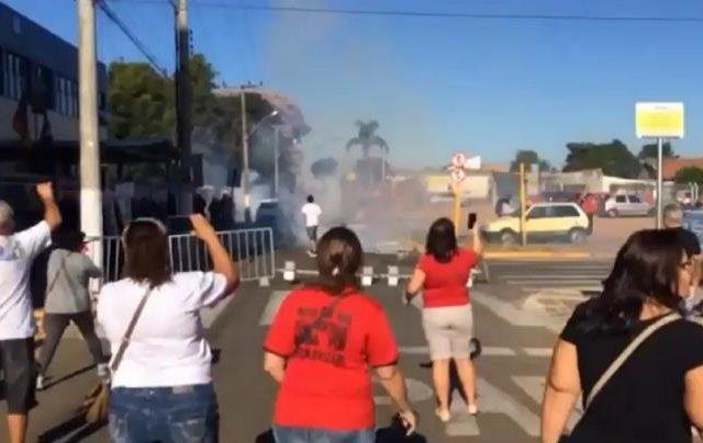 Polícia atira bombas de gás e balas de ...