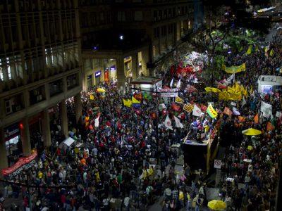É tempo de trabalhador ocupar as ruas para barrar as reformas e exigir eleições Diretas Já. Hoje, 19/5, tem novo ato na Esquina Democrática