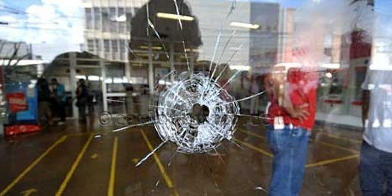 Criminosos levam dinheiro e armas em assalto à agência do Banrisul em Porto Alegre