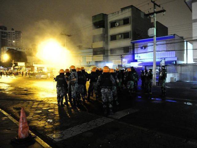 Brigada Militar reprime piquetes e joga bombas de gás ...