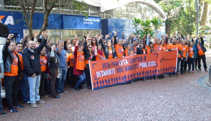 Empregados vestem a cor da defesa da Caixa 100% pública em Porto Alegre e mostram força em Dia Nacional de Luta