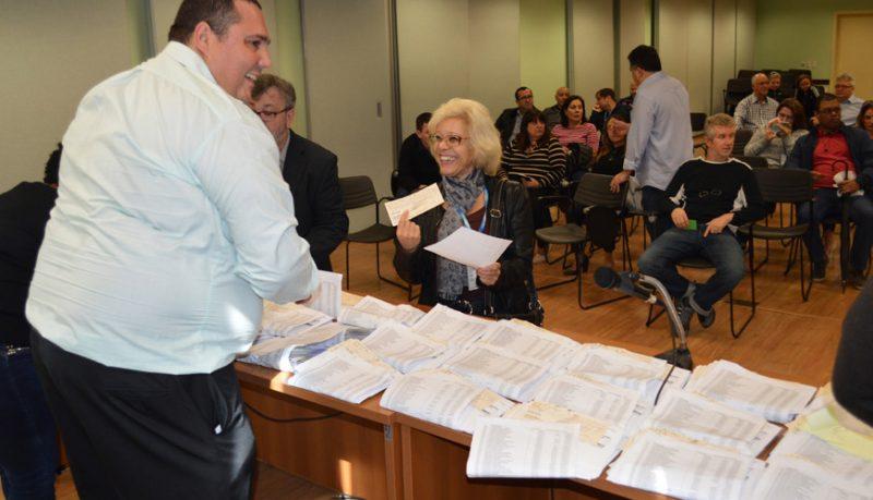 Banrisulenses recebem cheques da ação do ADI na sede do Sindicato a partir desta segunda-feira, 18/09