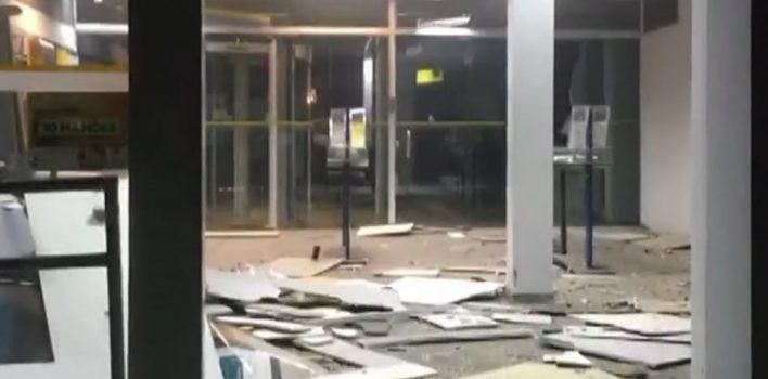 Criminosos fazem cordão humano e explodem caixas eletrônicos do BB em Espumoso