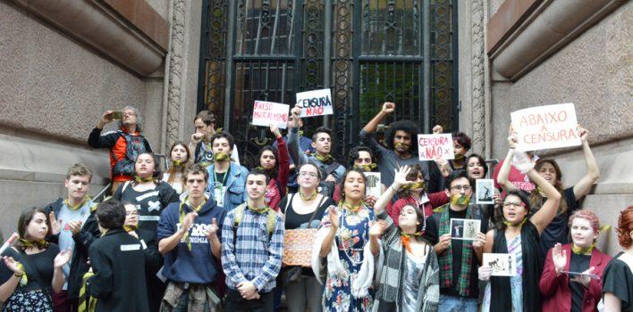 Manifestação na frente do Santander Cultural defende cultura livre e protesta contra fechamento de exposição LGBTT