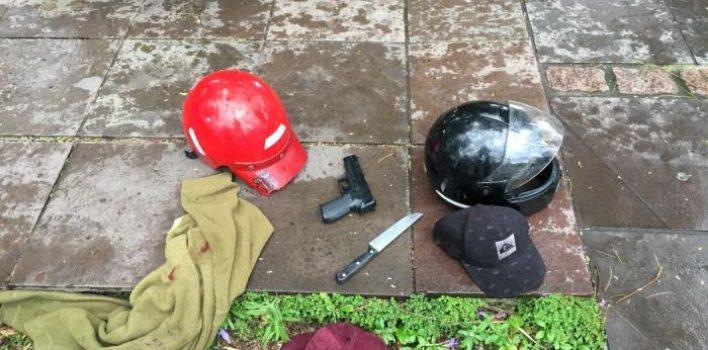 """Polícia Federal troca tiros e prende dois envolvidos em crimes de """"saidinha de banco"""", no Menino Deus, na manhã desta sexta"""