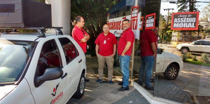 Bancários fecham agência por descomissionamento arbitrário por conta da reestruturação do Banco do Brasil