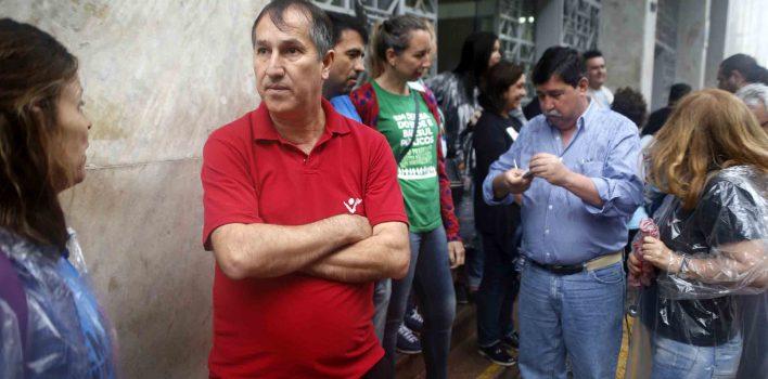 Sindicalistas e bancários fazem ato em frente a DG do Banrisul, contra venda de ações e na defesa do caráter público do banco