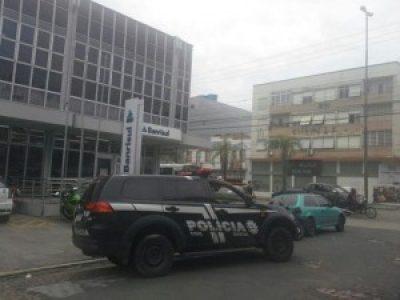 Criminosos armados invadem agência do Banrisul na zona norte de Porto Alegre e levam dinheiro do cofre