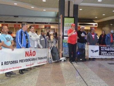 Ato da CUT e outras centrais, no Aeroporto de Porto Alegre,  pressiona deputados contra reforma da Previdência