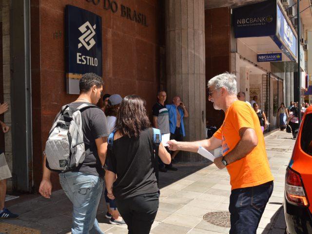 Bancários de Porto Alegre protestam contra reestruturação e ...