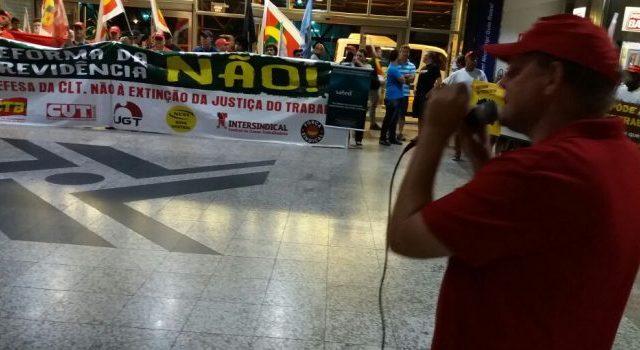 Em ato no Aeroporto de Porto Alegre contra reforma da ...