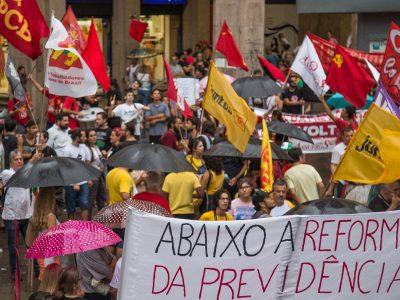 """CUT-RS alerta para """"cortina de fumaça"""" da intervenção militar no Rio em ato na Esquina Democrática"""