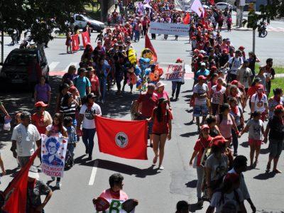 Mulheres tomam ruas de Porto Alegre contra violência e por democracia e direitos, mas tropa de choque impede ato no TRF4