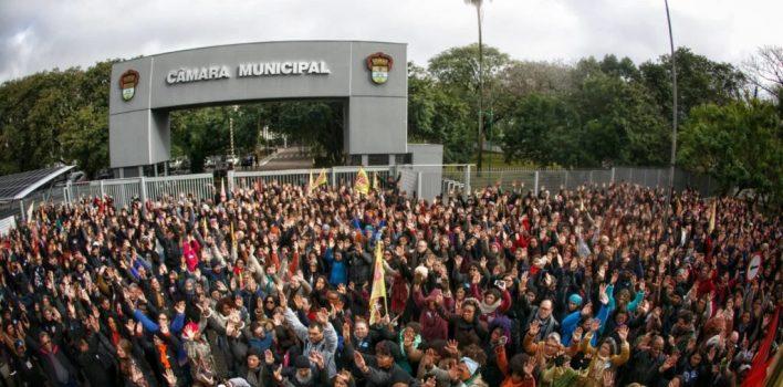 Assembleia dos municipários decreta greve geral após violência policial e perda de direitos da categoria