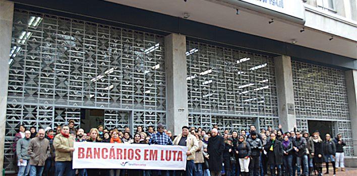 Frio na Praça da Alfândega não assustou bancários que protestaram em defesa do Banrisul e da Caixa, neste Dia do Basta