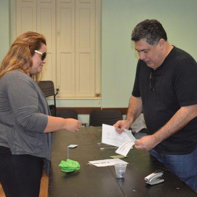 Banrisulenses recebem cheques no Sindicato da ação de horas extras na gratificação semestral
