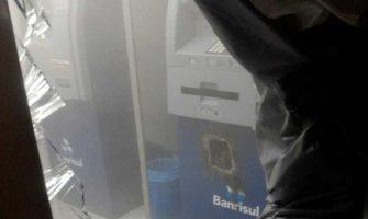 Criminosos invadem agência do Banrisul e levam malotes com dinheiro em Nova Pádua