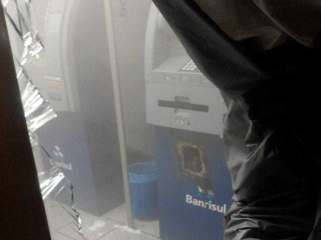 Criminosos invadem agência do Banrisul e levam malotes com ...